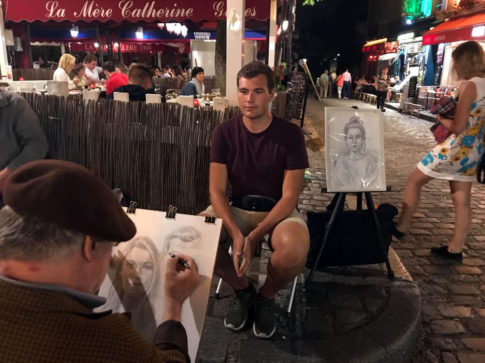 Marc lässt sich von einem Künstler auf dem Place de Tertre zeichnen