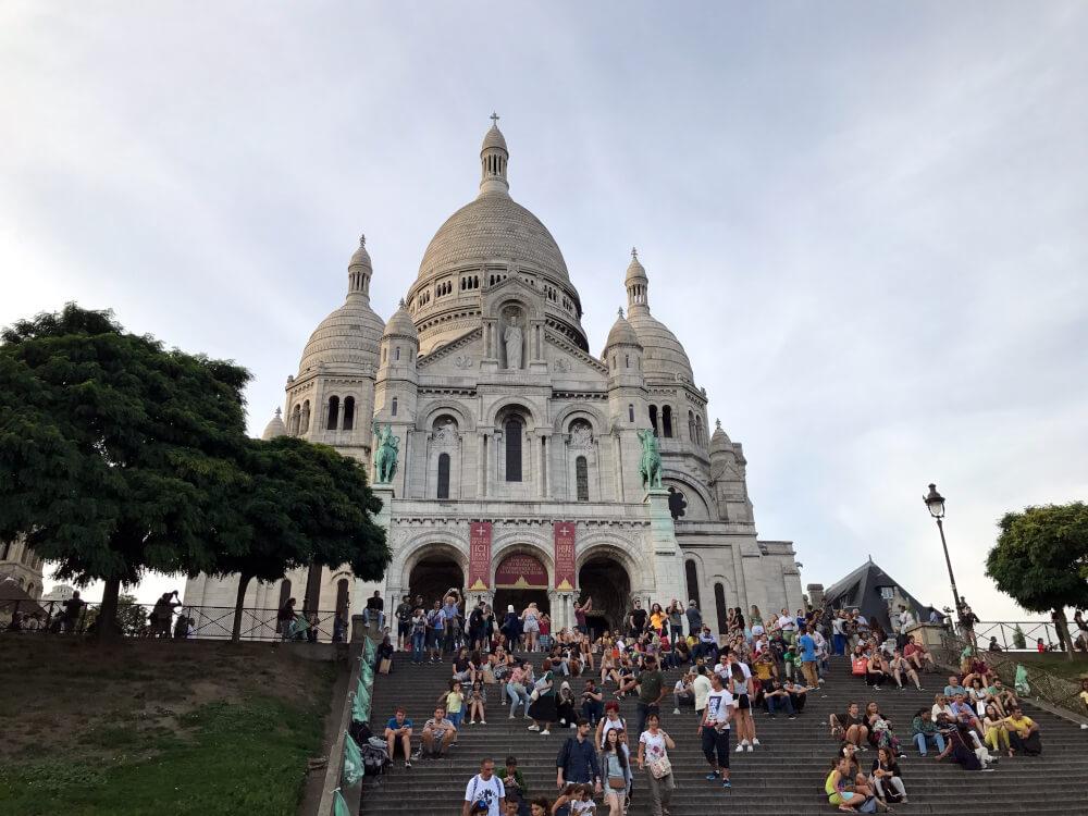 Die Straßen um Sacré-Cœur verströmen ihren besonderen Charme