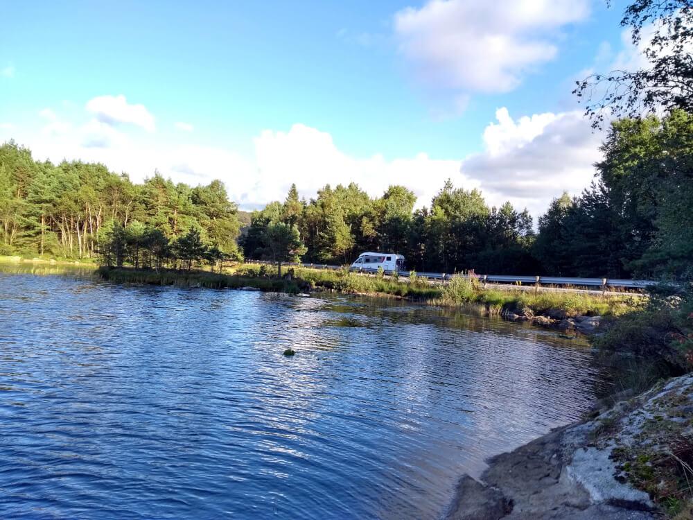 Schöner Wohnmobilstellplatz an einem See in Norwegen in der Nähe des Preikestolen