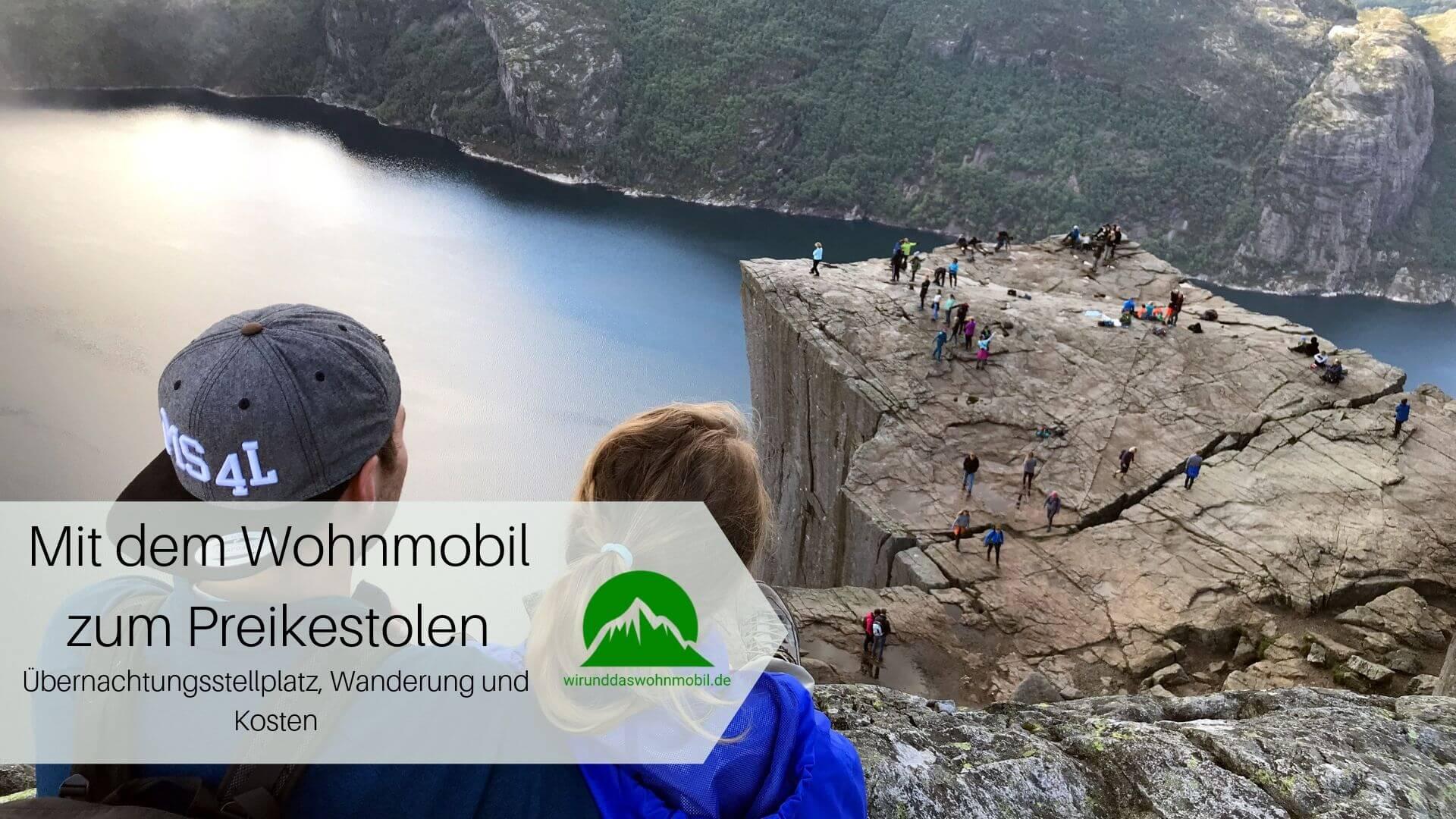 Zwei Personen schauen von oben auf den Preikestolen in Norwegen