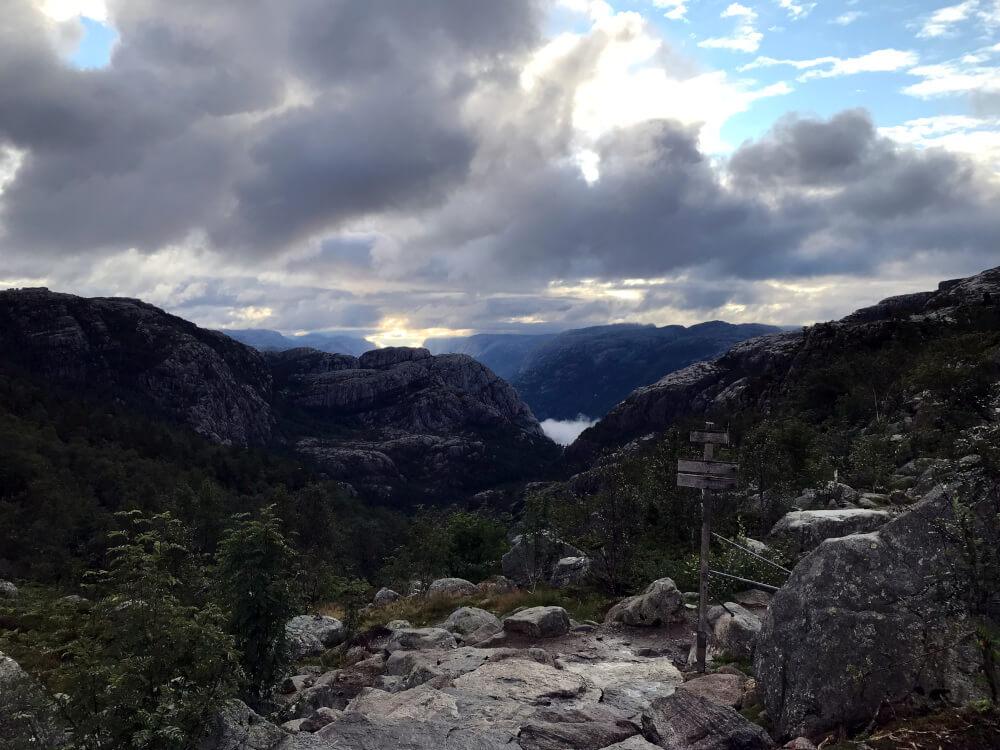 Wanderung zum Preikestolen auf halber Strecke mit Blick auf den Fjord