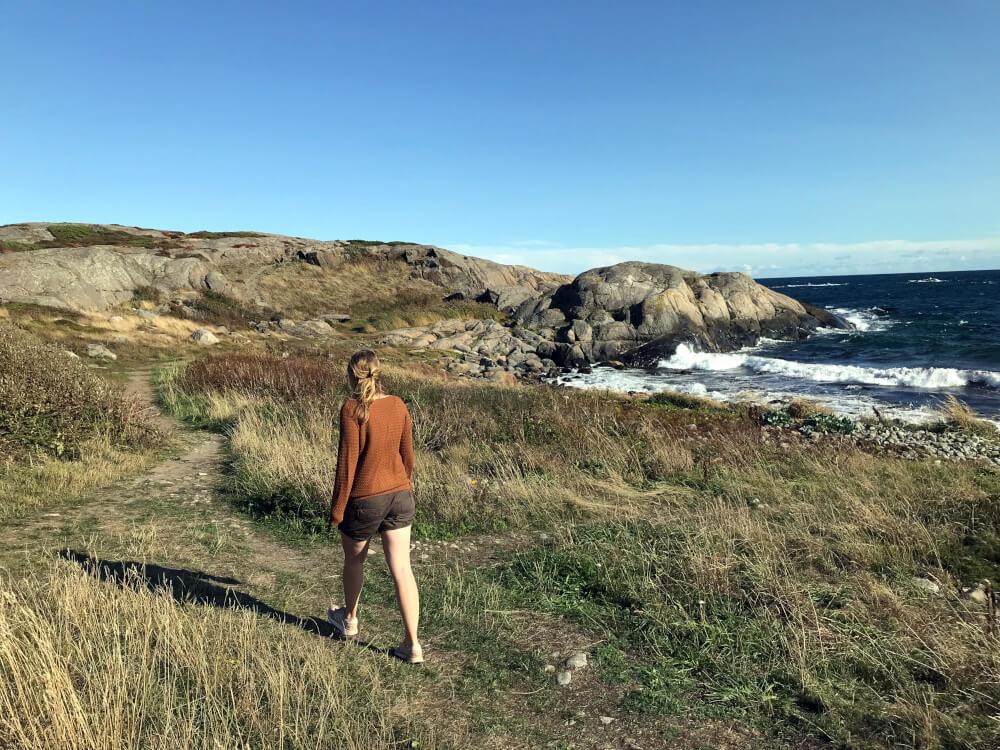Elena auf der Insel Tromoy am Meer