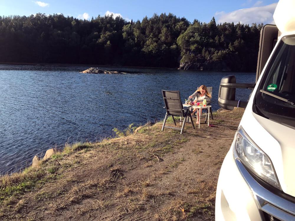 Frühstück vor dem Wohnmobil und direkt an dem See Indre Avreidkilen in Norwegen