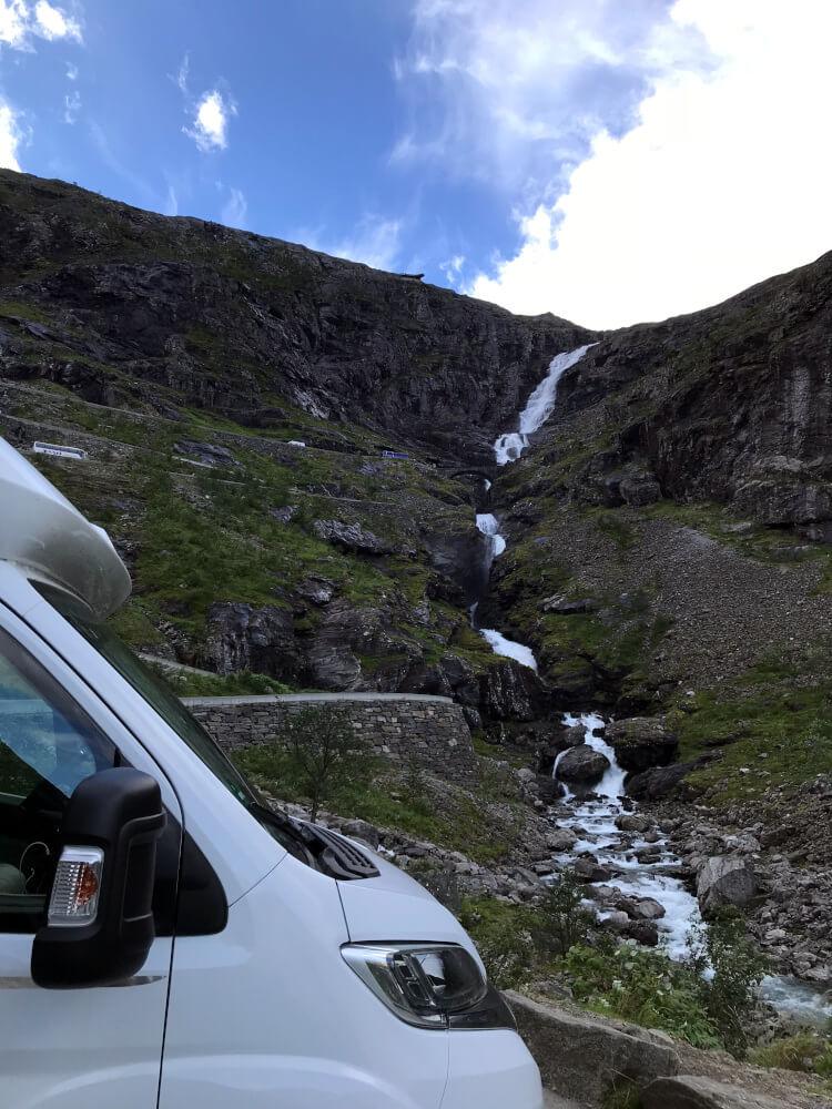 Der Blick am Ende des Trollstigen auf einen Wasserfall