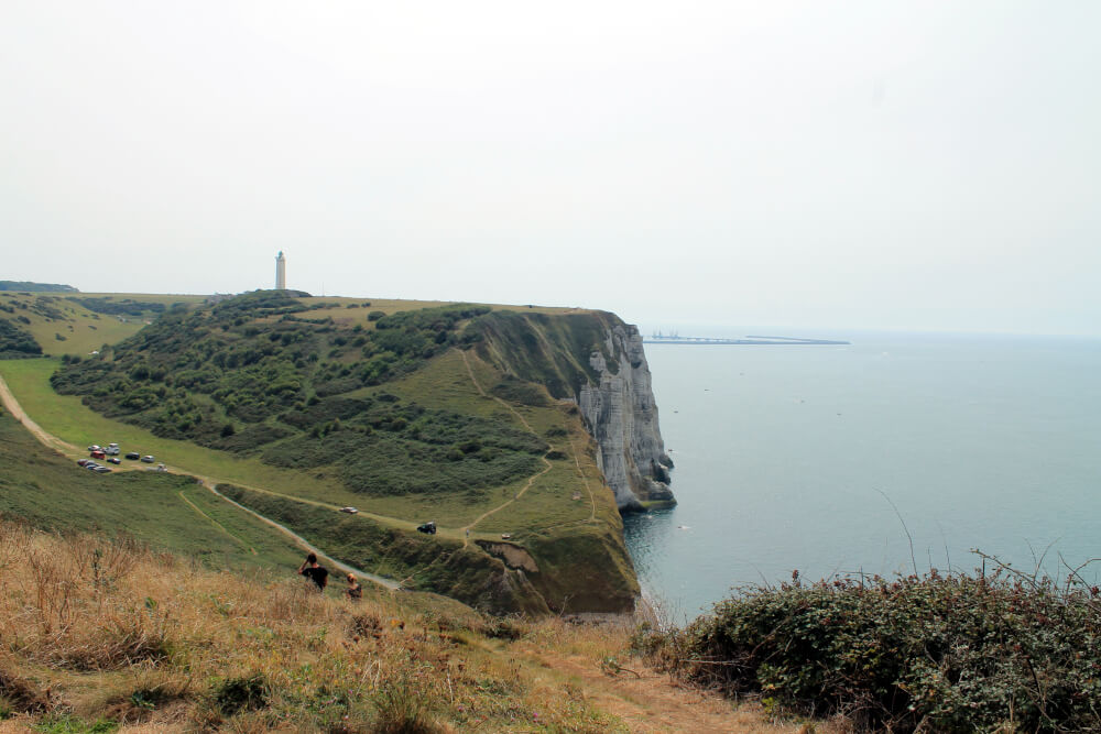 Blick auf den Leuchtturm an der Steilküste