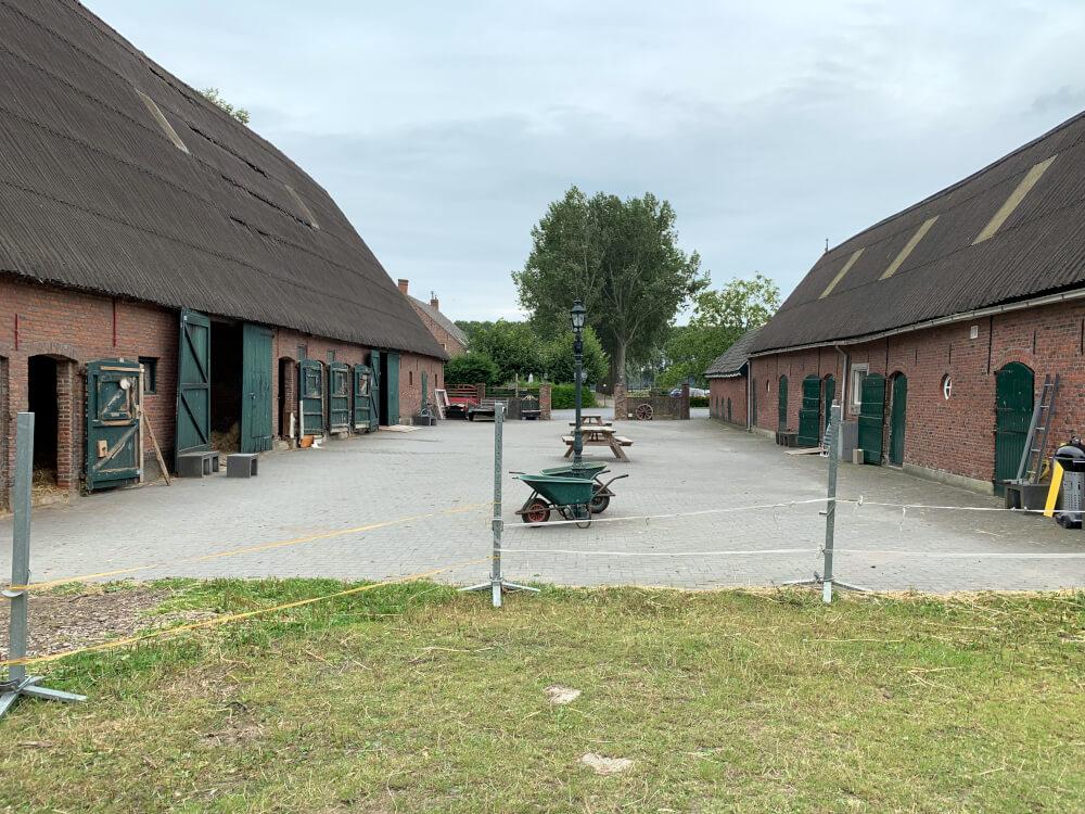 Pferdeställe auf dem Wohnmobilstellplatz Hof van Axel