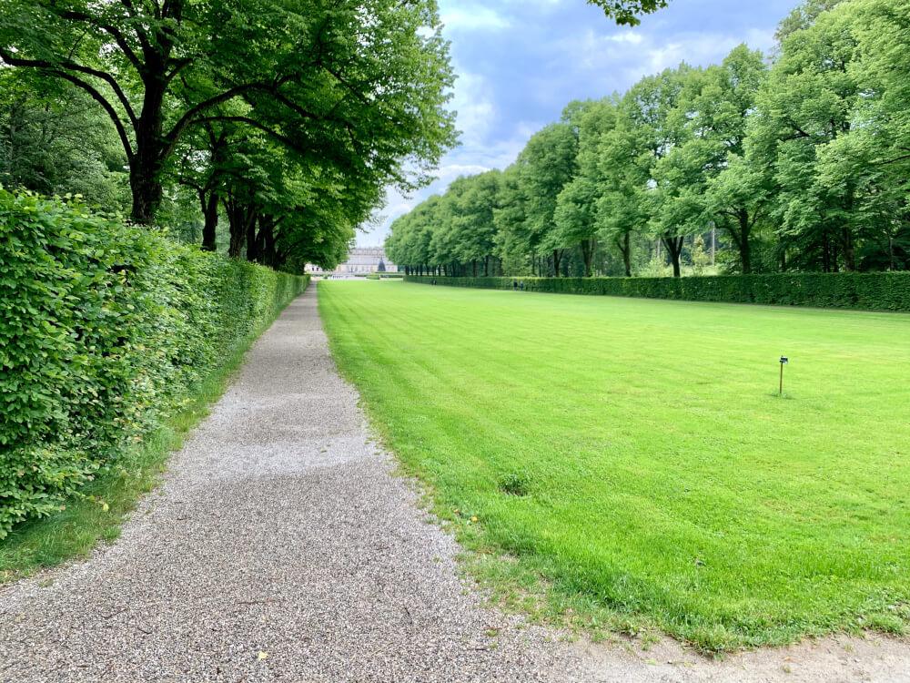 Schloss auf der Herreninsel mit grünem Rasen davor
