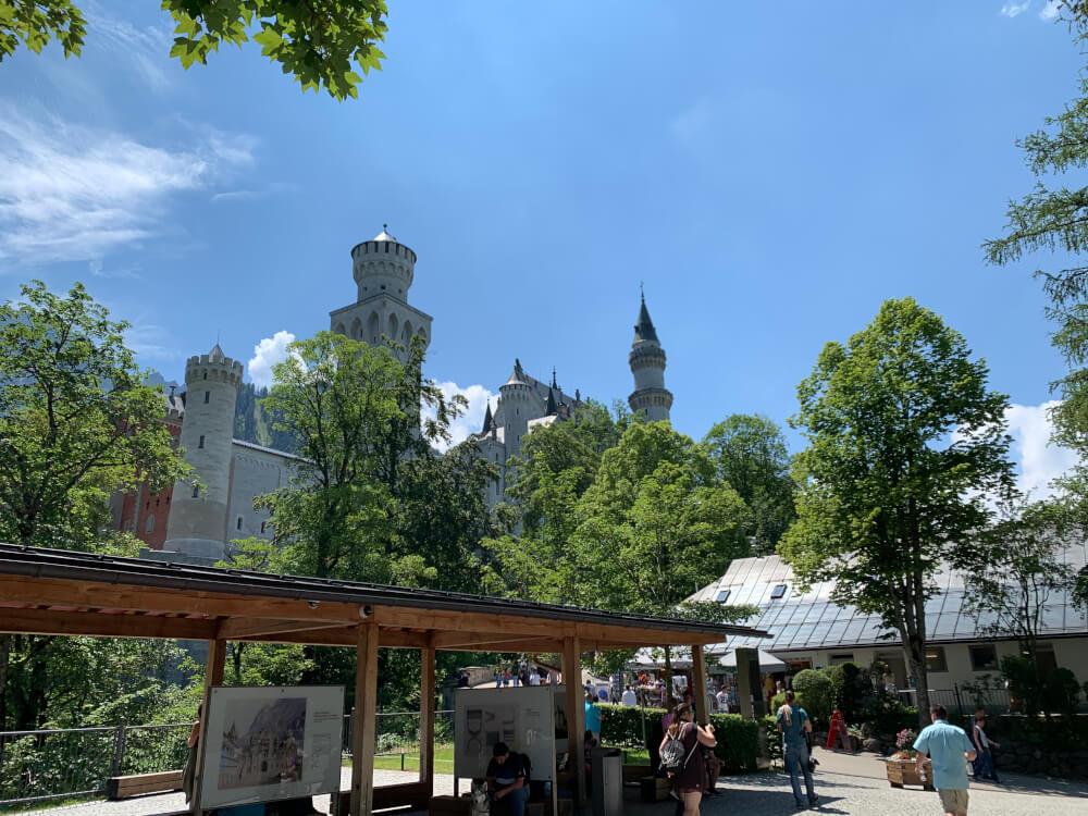 Schloss Neuschwanstein mit blauem Himmel