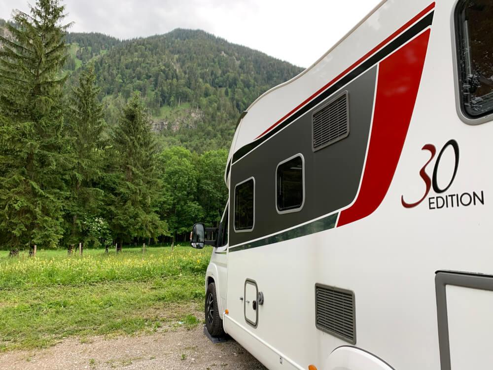 Wohnmobilstellplatz in Rottach-Egern mit Blick auf Berge und im Grünen